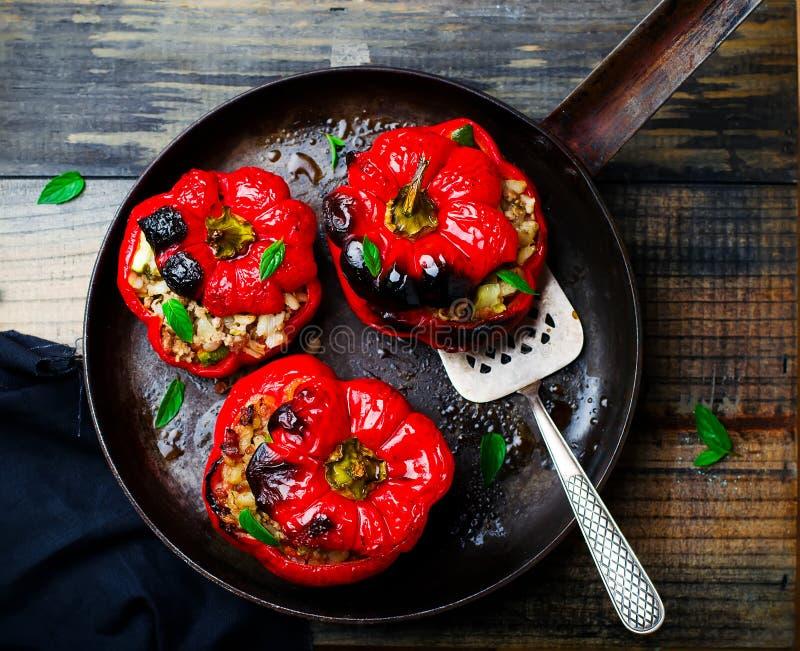 Den söta pepparen som är välfylld med lammet och pärlemorfärg korn royaltyfri fotografi