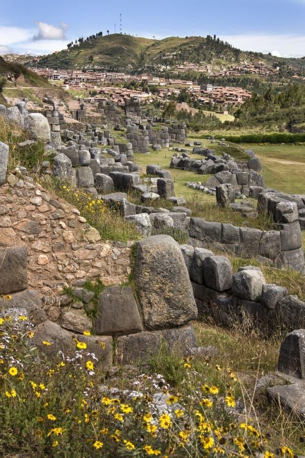 Den Sacsaywaman incaen fördärvar nära Cuzco i Peru royaltyfri fotografi