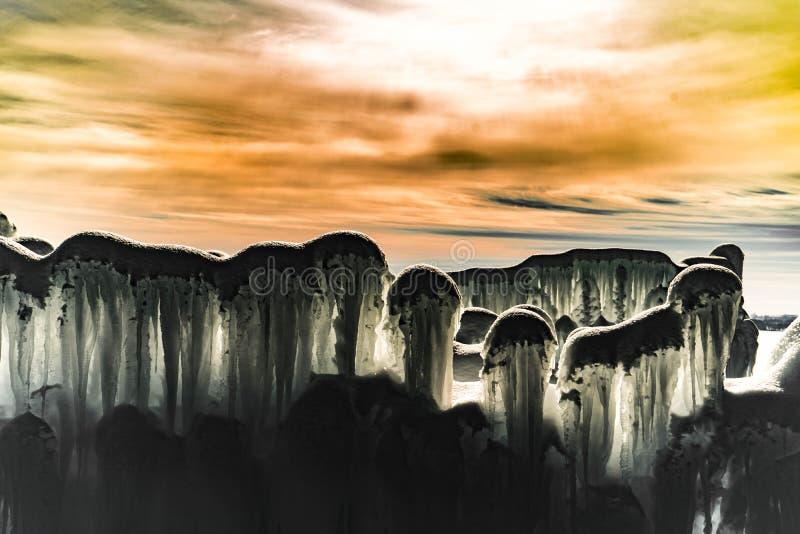 Den sagolika abstrakta bakgrundsbilden med överkanten av is gjorde väggen i skuggan på solnedgången royaltyfri fotografi