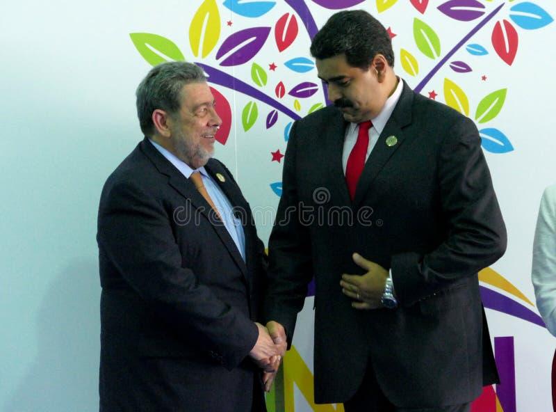 Den Saint Vincent och Grenadinerna premiärministern Ralph Gonsalves hälsar den venezuelanska presidenten Nicolas Maduro royaltyfria bilder