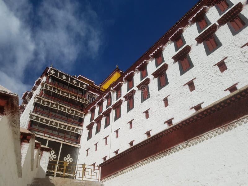 Den sakrala Potala slotten är ett rent land på jord för otaligt vallfärdar royaltyfri foto