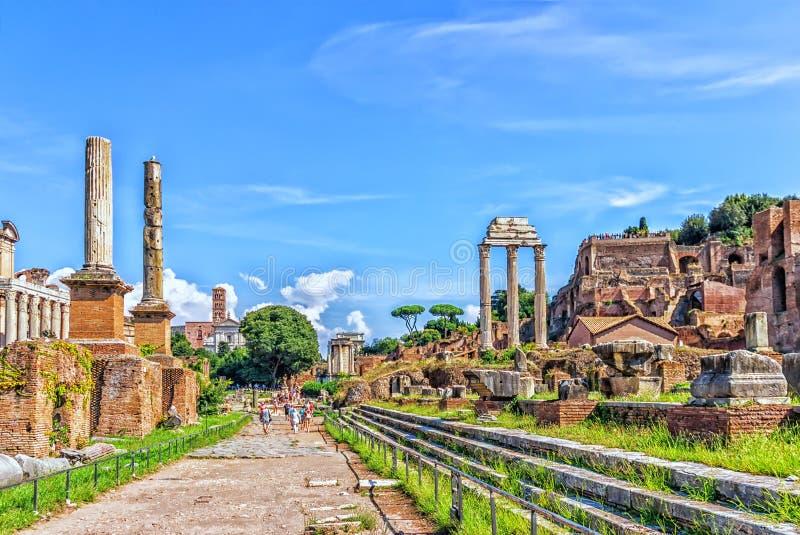 Den sakrala vägen via Sacra, huvudvägen av det romerska forumet arkivbild