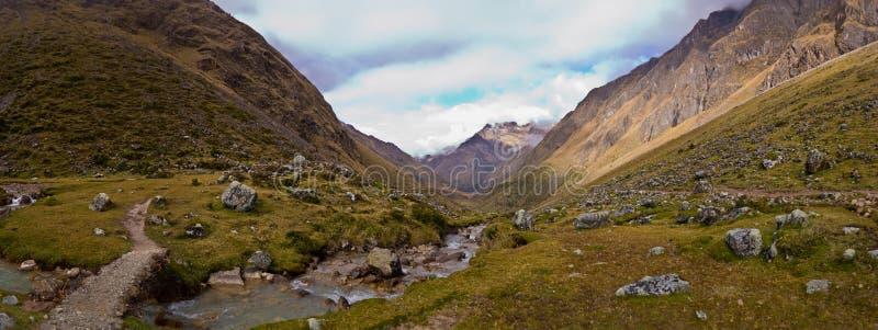 Den Salcantay slingan i den sköt Peru panoramat royaltyfri fotografi