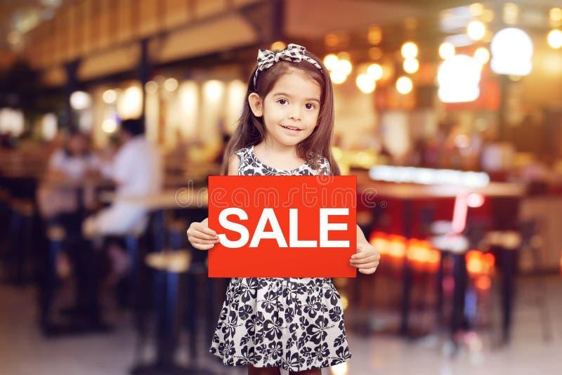 Den Sale rabattbefordran för shoppar begrepp royaltyfri foto