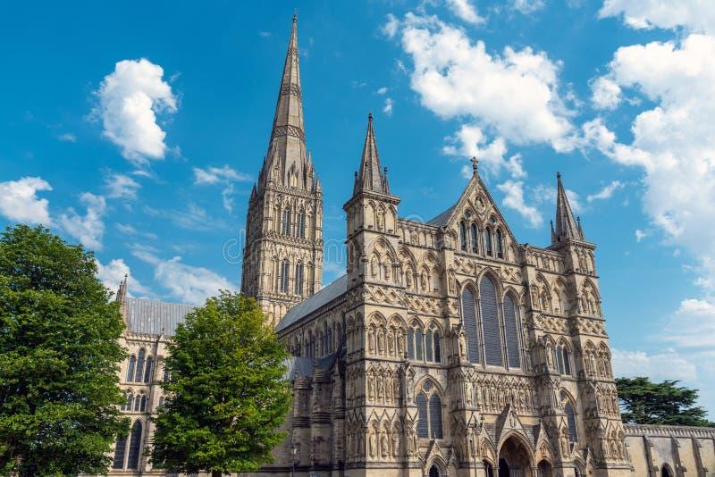 Den Salisbury domkyrkan i England arkivbild