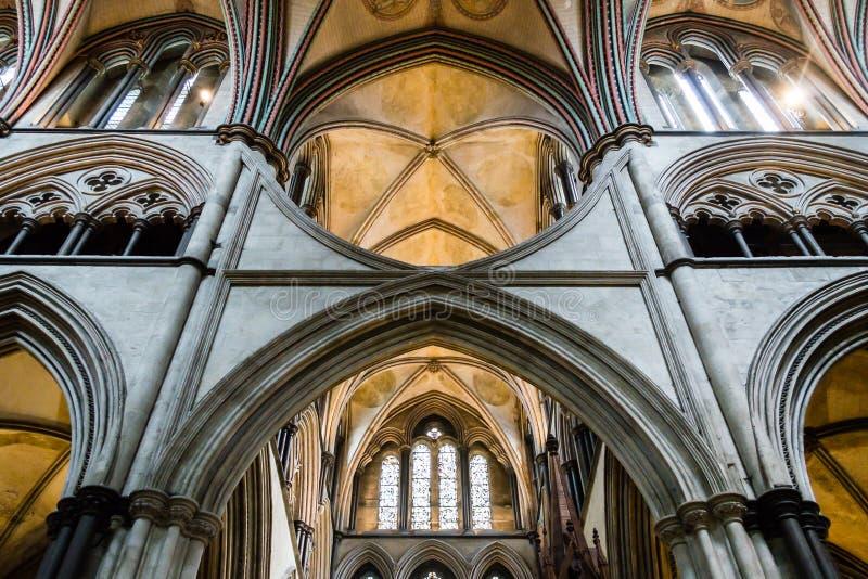 Den Salisbury domkyrkan välva sig i kor C arkivfoton