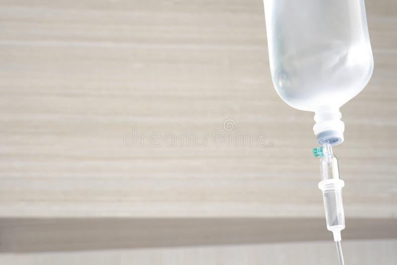 Den salthaltiga lösningen för tålmodig och intravenös avkokpump lurar in royaltyfri foto