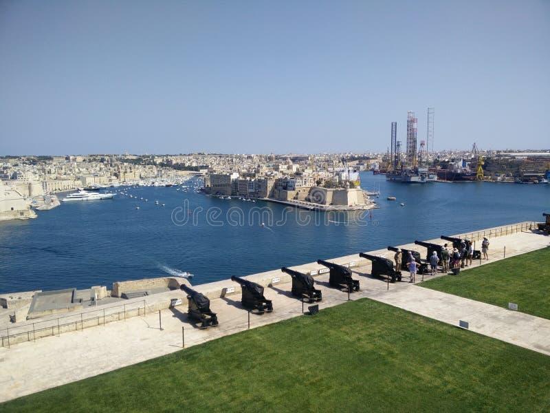 Den salutera storslagna hamnen Valletta för batteri royaltyfria bilder