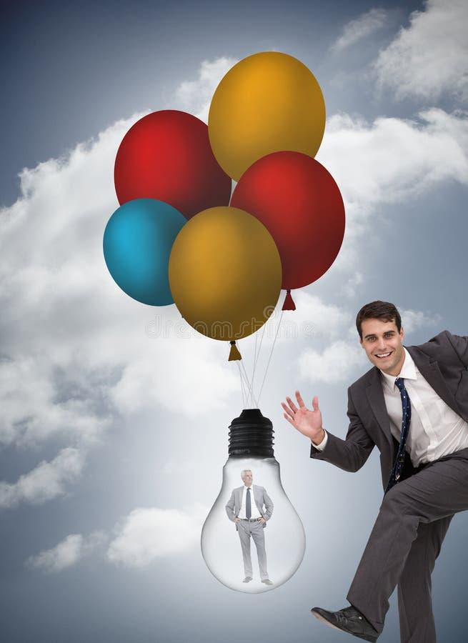 Den sammansatta bilden av den gladlynta affärsmannen som stöter ihop med affärsmannen, fångade i ljus kula arkivfoto