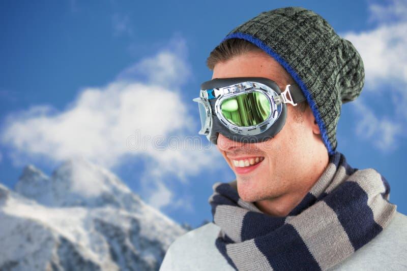 Den sammansatta bilden av den lyckliga bärande flygaren för den unga mannen rullar med ögonen mot vit bakgrund arkivbilder