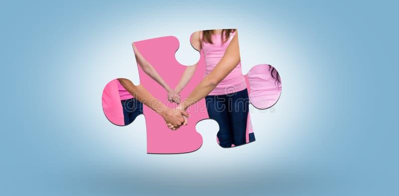 Den sammansatta bilden av det mitt- avsnittet av kvinnor i rosa färger utrustar innehavhänder, medan stå för bröstcanc royaltyfria bilder
