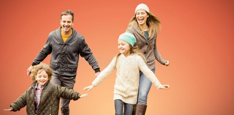 Den sammansatta bilden av den gulliga familjen kör i en parkera arkivfoton