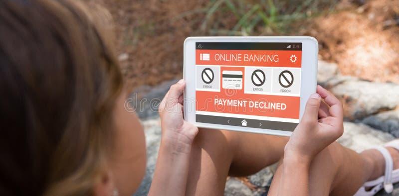 Den sammansatta bilden av online-bankrörelsen och betalning gick ned text på telefonskärmen royaltyfri fotografi