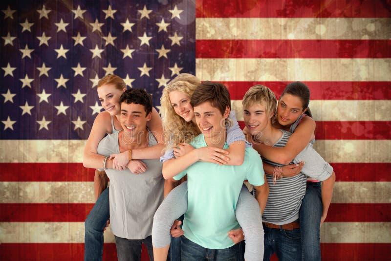 Den sammansatta bilden av tonåringar som ger deras vänner rider på ryggen arkivbilder