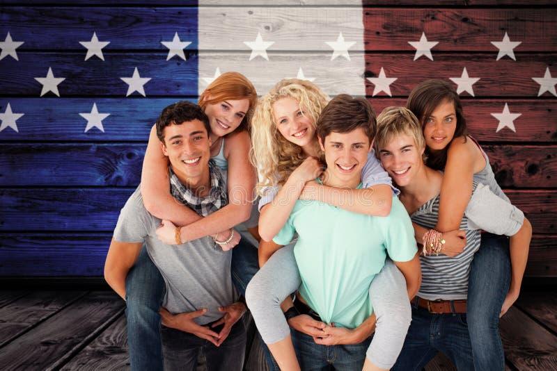 Den sammansatta bilden av tonåringar som ger deras vänner rider på ryggen royaltyfri bild