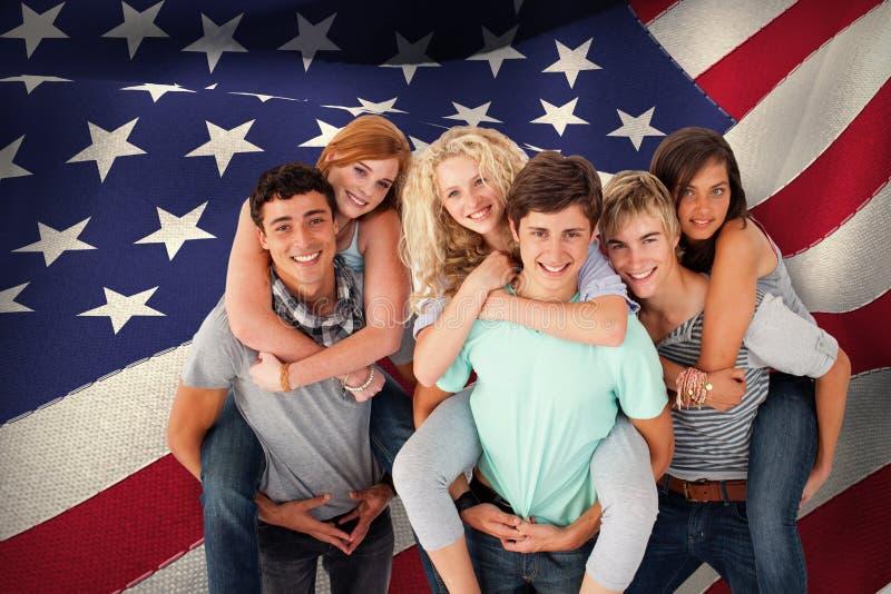 Den sammansatta bilden av tonåringar som ger deras vänner rider på ryggen royaltyfri fotografi
