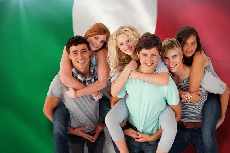 Den sammansatta bilden av tonåringar som ger deras vänner rider på ryggen arkivfoton