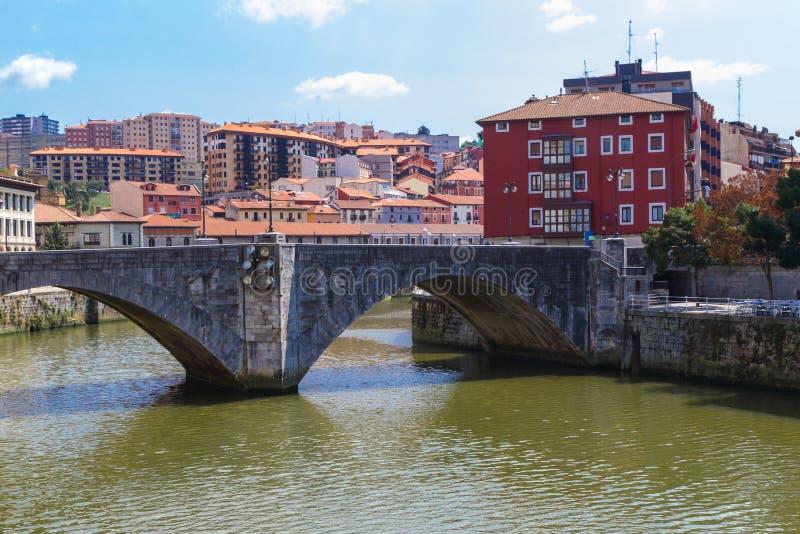 Den San Anton bron är en ärke- bro i Bilbao, Spanien arkivfoton