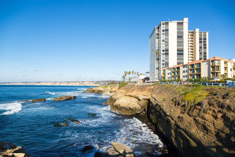 Den San Diego kusten i en trevlig blått gör klar himmel, Kalifornien arkivfoton