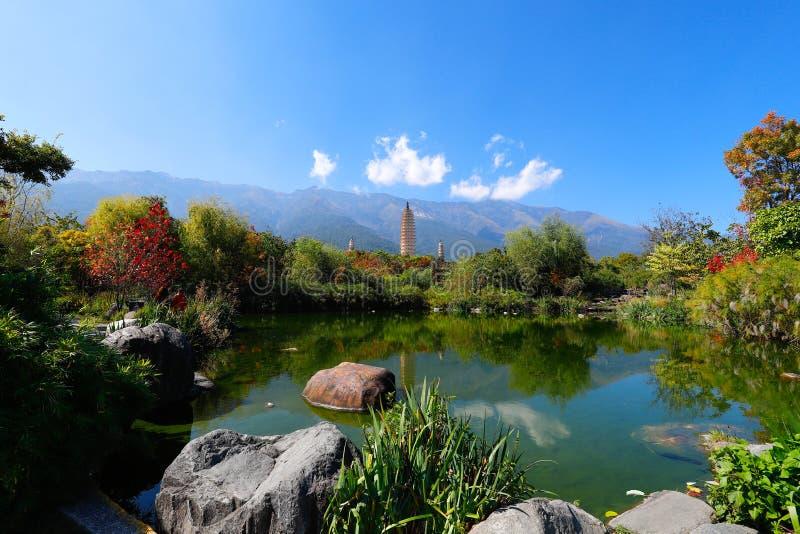 Den San Ta f?r tre pagoder som si tillbaka daterar till ANNONSEN f?r skarp smakperiod 618-907, Kina, Dali, Yunnan, Kina Dali Yunn arkivfoto