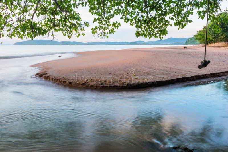 den sandiga stranden på den gryningKrabi semesterorten, Thailand är stället arkivfoton