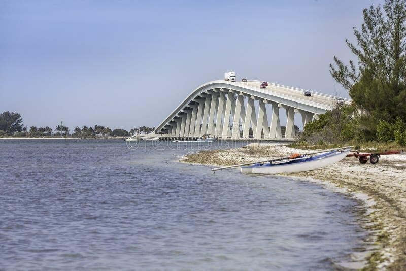 Den Sanibel causewayen och överbryggar i Florida arkivfoton