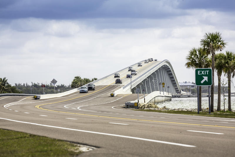 Den Sanibel causewayen och överbryggar i Florida royaltyfria foton