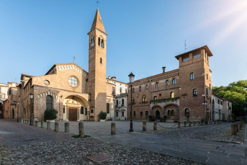 Den Sanka Nicolo fyrkanten och kyrkan i Padova, Italien arkivfoto