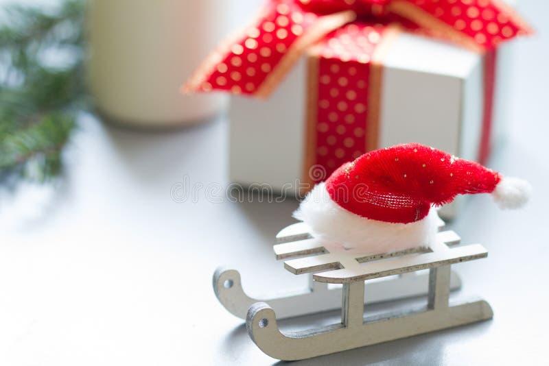 Den Santa Claus hatten på släde och gåvor gör sammandrag julbakgrund arkivfoto