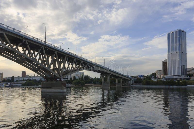 Den Saratov bron korsar Volgaet River och förbinder Saratov, och den Engels, Ryssland längden är 2.803 7 meter royaltyfria bilder