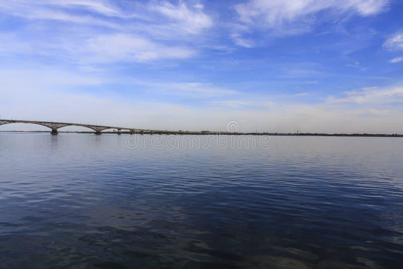 Den Saratov bron korsar Volgaet River och förbinder Saratov, och den Engels, Ryssland längden är 2.803 7 meter royaltyfri foto