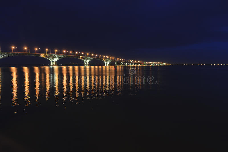Den Saratov bron korsar Volgaet River och förbinder Saratov, och den Engels, Ryssland längden är 2.803 7 meter arkivbilder