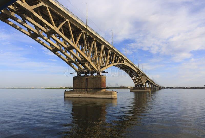 Den Saratov bron korsar Volgaet River och förbinder Saratov, och den Engels, Ryssland längden är 2.803 7 meter fotografering för bildbyråer