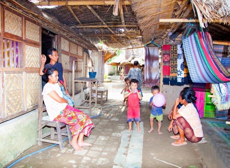 Den Sasak familjen av där house framme fotografering för bildbyråer