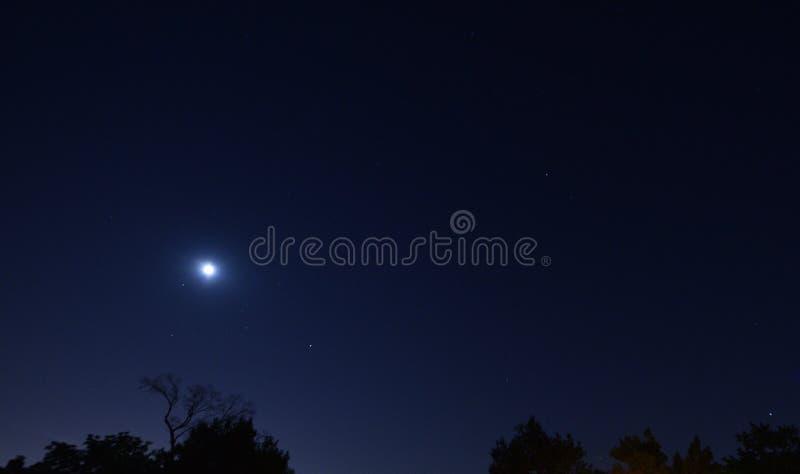 Den Saturn månen fördärvar jupiter royaltyfri fotografi