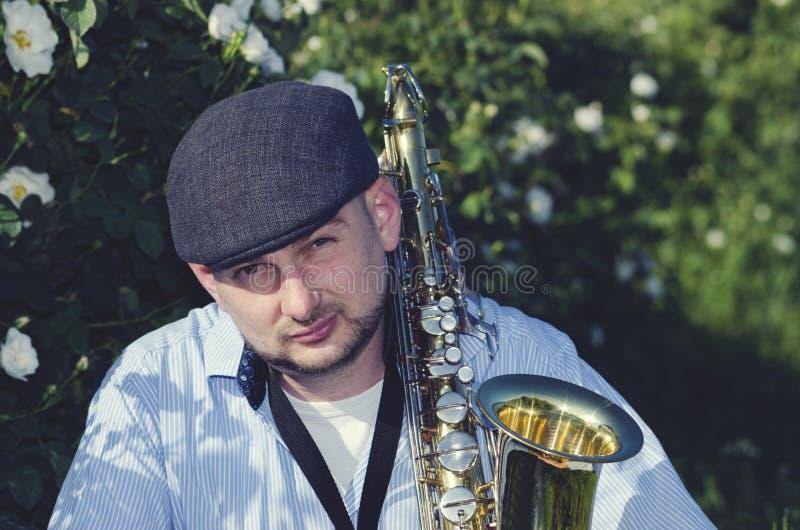 Den saxofonmusikerPerformance Roses Performance naturen poserar Jazz Blues Profession Melody Entertainment fotografering för bildbyråer