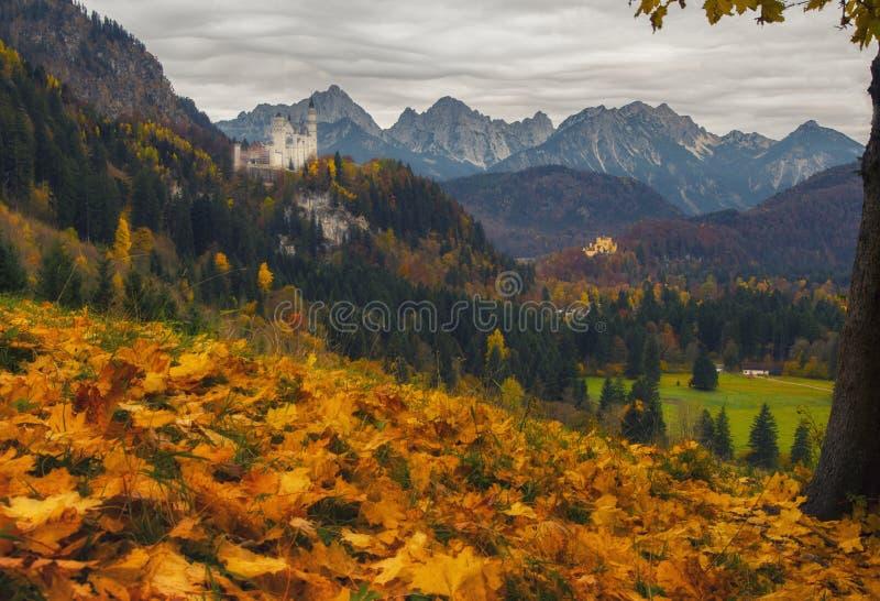 Den sceniska sikten av Neuschwanstein och Hohenschwangau rockerar på höstdagen royaltyfria bilder