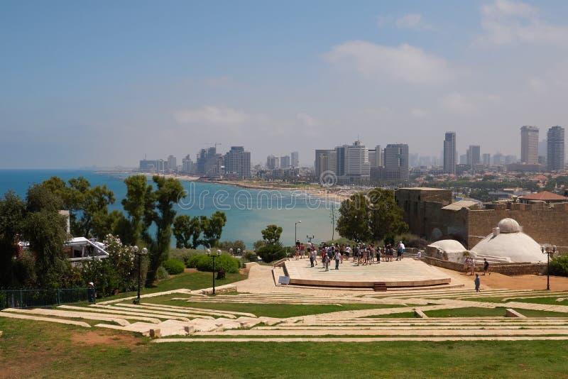 Den sceniska sikten av Tel Aviv från amfiteatern i Abrashaen parkerar Telefon Aviv-Jaffa, Israel arkivbilder