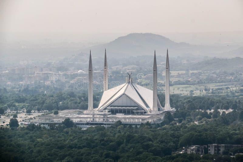 Den schahFaisal moskén är masjiden i Islamabad, Pakistan Lokaliserat på utlöparen av Margalla kullar Den största moskédesignen av royaltyfria bilder