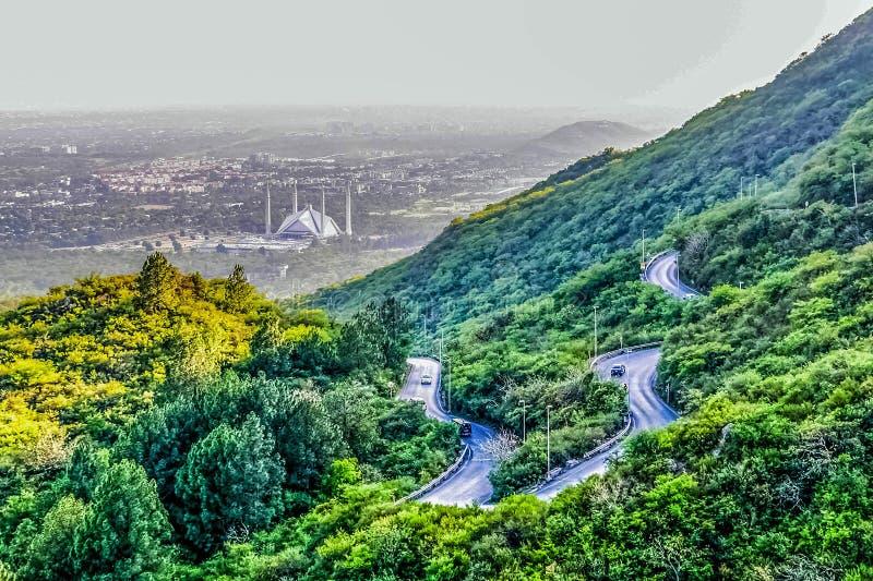 Den schahFaisal moskén är masjiden i Islamabad, Pakistan Lokaliserat på utlöparen av Margalla kullar Den största moskédesignen av arkivfoto