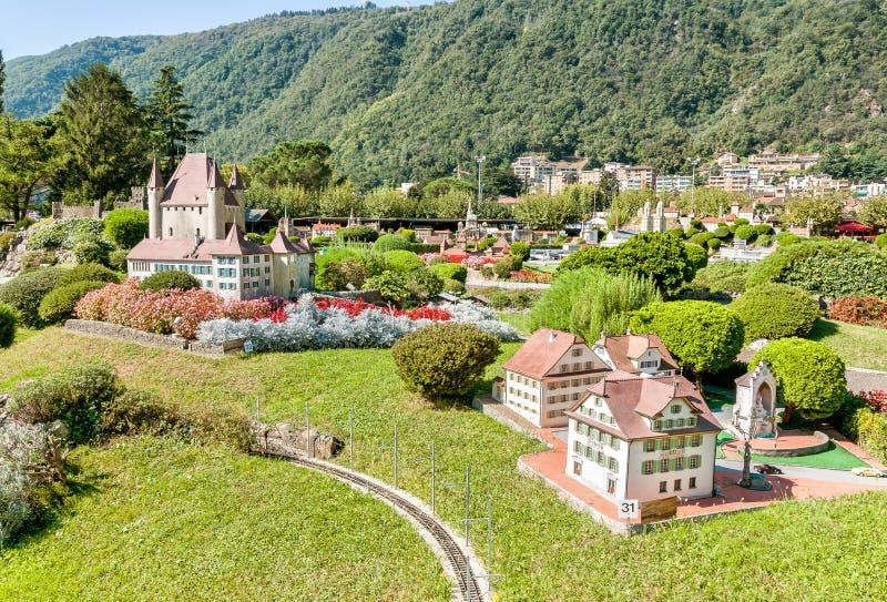 Den schweiziska miniatyren parkerar i Melide arkivbilder