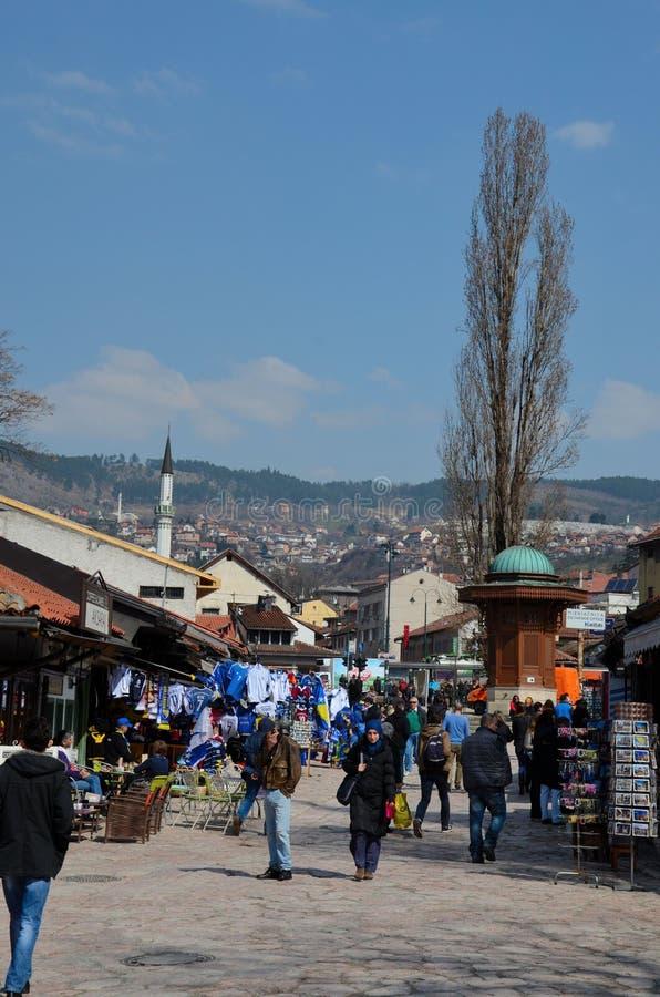 Den Sebilj springbrunnen och besökare trängas den Bascarsija basarSarajevo Bosnien Hercegovina royaltyfria bilder