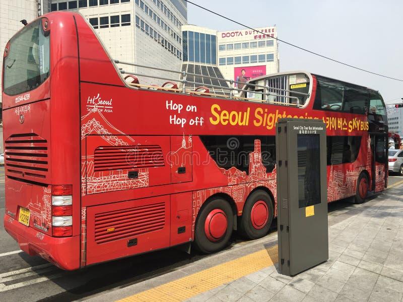 Den Seoul staden turnerar himmelbussen på vägrenen arkivfoton