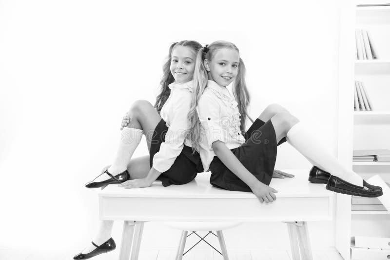 den 1 september det första skolåret Underbara skolbarn den 1 september i vitt Små elever royaltyfria foton