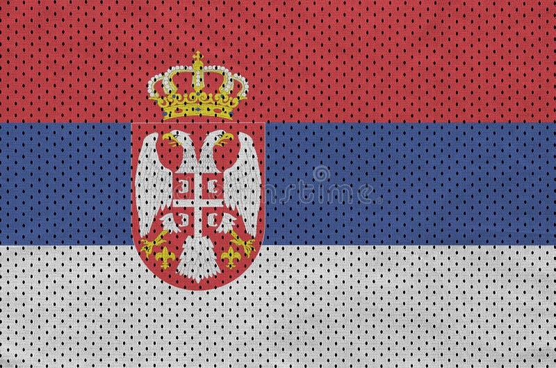 Den Serbien flaggan skrivev ut på ett tyg för ingrepp för polyesternylonsportswear arkivbilder