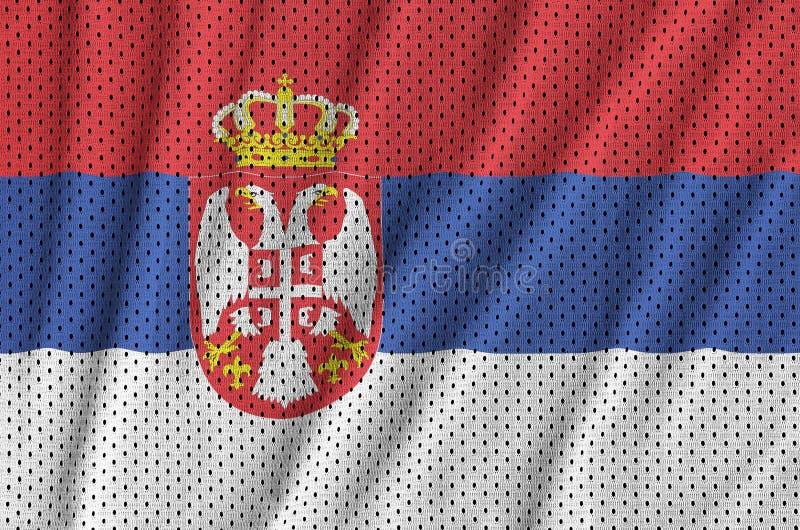 Den Serbien flaggan skrivev ut på ett tyg för ingrepp för polyesternylonsportswear fotografering för bildbyråer