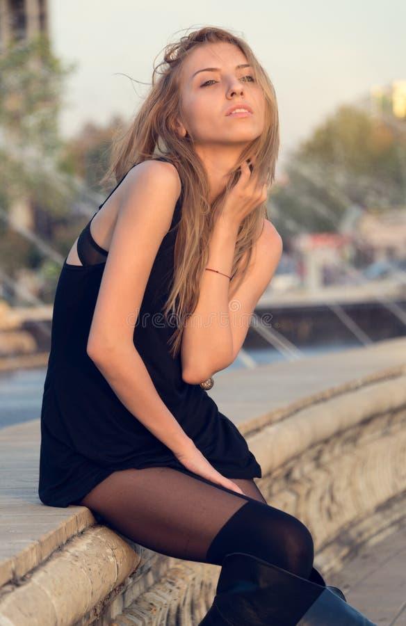 Sexig kvinna i en kort svart klänning royaltyfri bild
