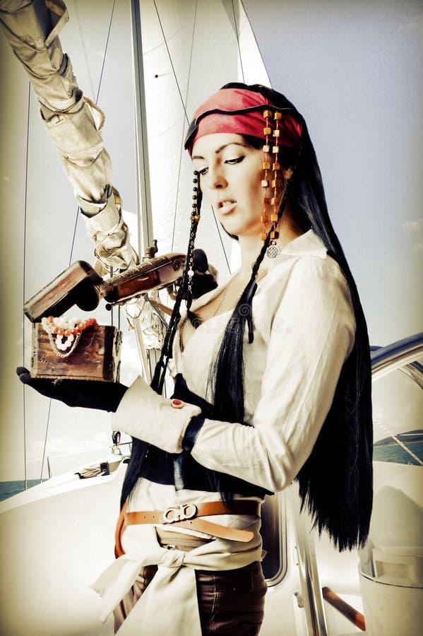 Den sexiga brunettkvinnan piratkopierar royaltyfri bild