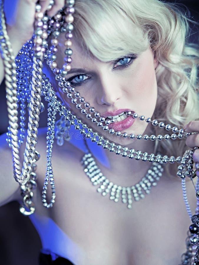 Den sexiga kvinnan med jewelary i ilsket poserar royaltyfria bilder