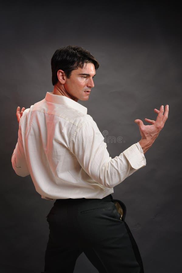 Den sexiga mannen poserar för ett fotografi royaltyfria bilder